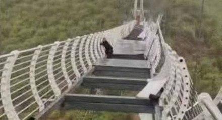 Ponte de vidro quebra na China e deixa turista pendurado.