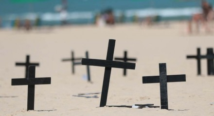 Enfermeiros fazem protesto na praia do Pina, em Recife, no dia dos enfermeiros.