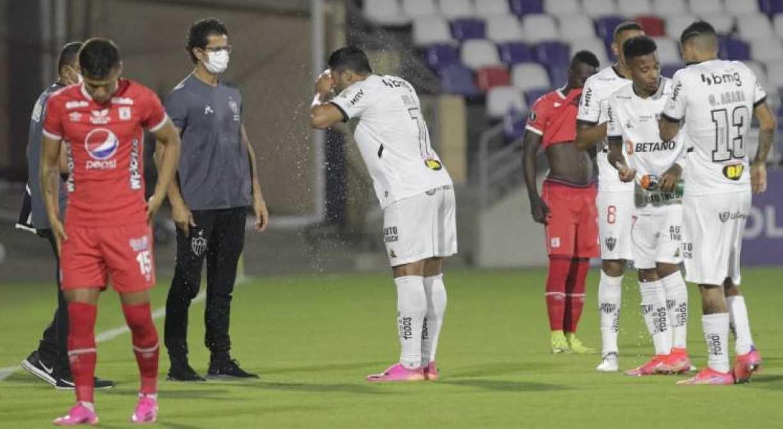 Em jogo marcado por paralisações, Atlético-MG vence na Colômbia e se classifica