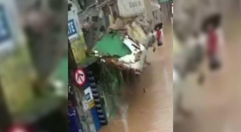 Vídeo: fachada de imóvel cai e atinge um homem enquanto Defesa Civil fazia um resgate em Jaboatão