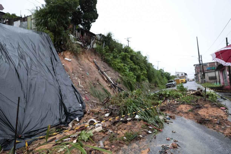 Cidades do Grande Recife registram deslizamentos de barreira nesta quinta (13) de chuvas
