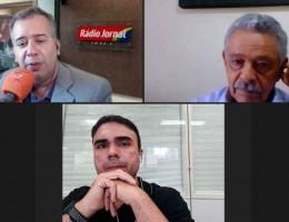 O jornalista Wagner Gomes entrevista os convidados: o presidente da Femicro, José Tarcício da Silva no primeiro debate do Projeto Empreender na Rádio Jornal.