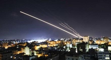 Foguetes são lançados da Cidade de Gaza, controlada pelo movimento palestino Hamas, em direção a Israel no início de 15 de maio de 2021