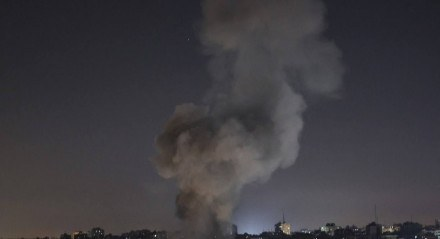 Fumaça sobe acima dos prédios após um ataque aéreo israelense na Cidade de Gaza na Faixa de Gaza em de 15 de maio de 2021
