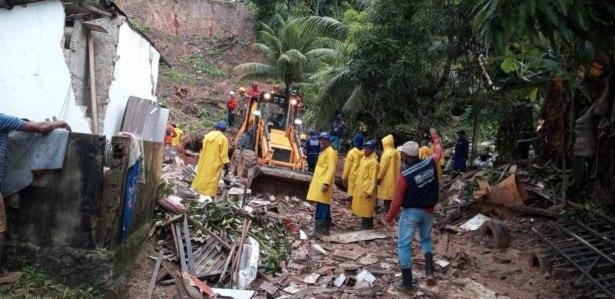 Retroescavadeira ajuda no trabalho de buscas no deslizamento em Cavaleiro, Jaboatão dos Guararapes