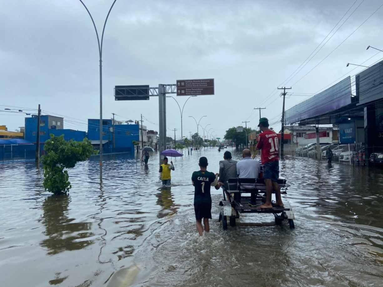 Na Avenida Recife, funcionários de estabelecimento comercial precisam ser resgatados de bote para conseguir sair do local