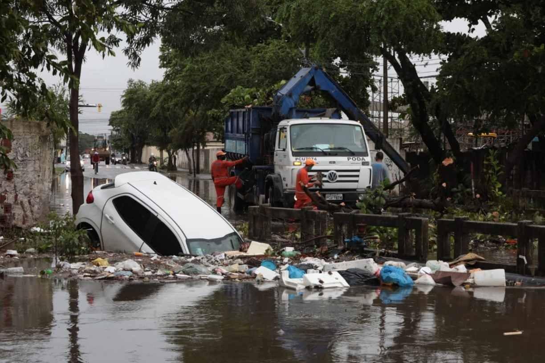 Carro cai em canal da Zona Sul do Recife após motorista perder controle da direção por causa das chuvas