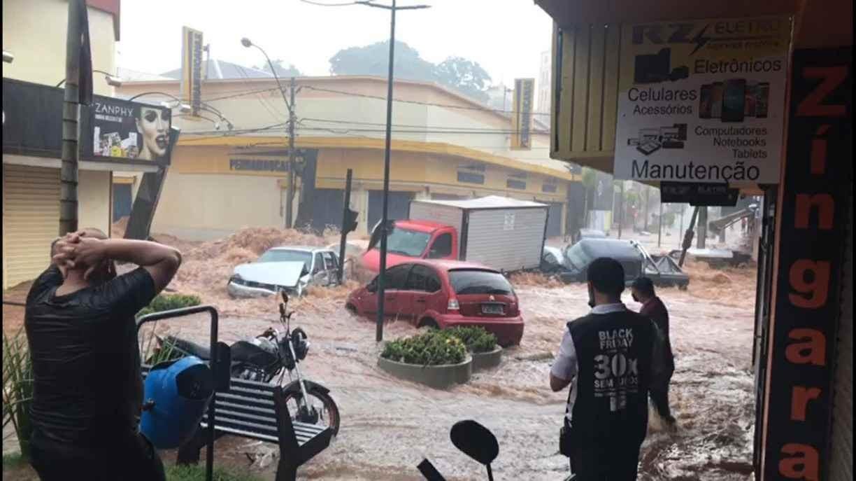 Vídeo de enxurrada com carros sendo levados não é de chuvas em Pernambuco