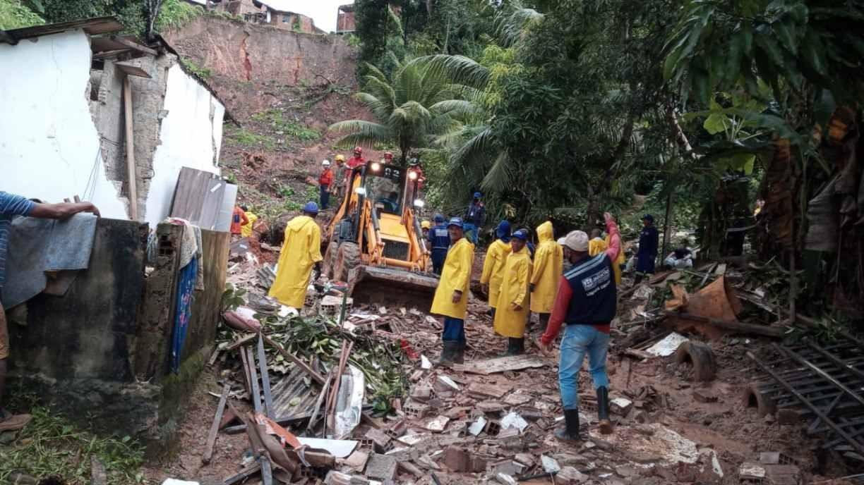 Bombeiros seguem busca por pai e filha que foram soterrados por deslizamento de barreira em Jaboatão; equipes acharam corpo de filho e mãe