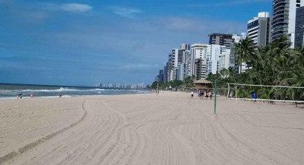 Sábado de sol na praia de Boa Viagem, Zona Sul do Recife, na manhã deste sábado (15)