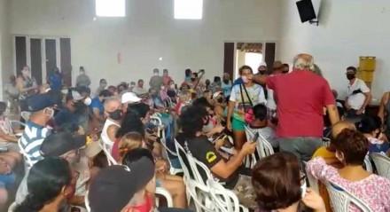 Ponto de vacinação que fica na Igreja Nossa Senhora do Ó, em Pau Amarelo, estava marcado por desorganização, espera e aglomeração