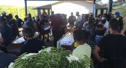 Enterro da família vítima de deslizamento de barreira em Jaboatão dos Guararapes, no dia 16 de maio de 2021
