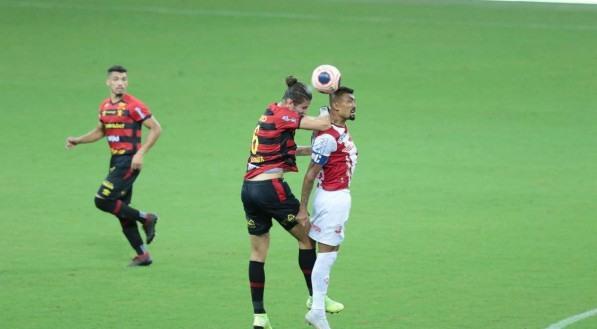 Lance no jogo de futebol entre os times do Sport e Náutico válido pela primeira partida da final do Campeonato Pernambucano de Futebol 2021. Partida realizada na Arena de Pernambuco, em São Lourenço da Mata (PE).