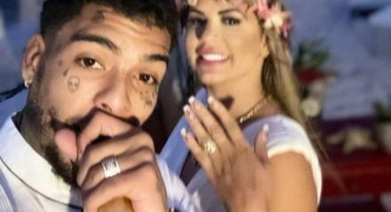 MC Kevin com a esposa, Deolane Bezerra, em registro feito em seu casamento, realizado no México