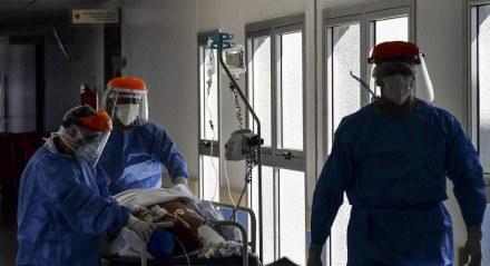 Neste arquivo, foto tirada em 13 de abril de 2.021 trabalhadores de saúde atendem paciente COVID-19 na Unidade de Terapia Intensiva do El Cruce - Hospital Dr. Nestor Kirchner em Florencio Varela. A Argentina registrou em 18 de maio de 2021, 35.543 novos casos de covid-19 e 745 mortes, um recorde absoluto desde o início da pandemia em março de 2020, momento em que o governo avalia o reforço das restrições sanitárias para evitar o colapso da saúde sistema.