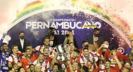 Elenco do Náutico ergue a taça de campeão do Pernambucano 2021