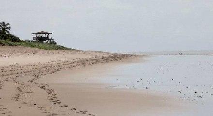 Chuva e restrições deixam praia vazia em primeiro final de semana de novas restrições no Recife