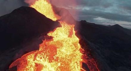O vulcão entrou em erupção em março e está em atividade desde então