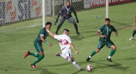 Lances do jogo entre os times do Santa Cruz (PE) e do Floresta (CE), válido pela Campeonato Brasileiro da série C 2021. Partida realizada no estádio dos Arruda no Recife.