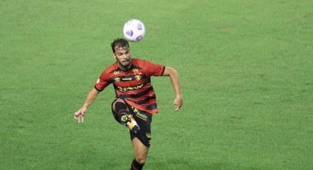 Lances do jogo entre os times do Sport (PE) e do Atlético Mineiro (MG), válido pela Campeonato Brasileiro da série A 2021. Partida realizada no estádio da Ilha do Retiro no Recife.