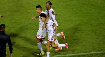 O jogador Jean Carlos do Náutico comemora gol durante a partida entre Vitória e Náutico, válida pela Série B do Campeonato Brasileiro no Barradão em Salvador (BA), nesta segunda-feira (7).