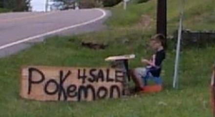 Bryson, de 8 anos, sentado em uma barraquinha improvisada com a placa