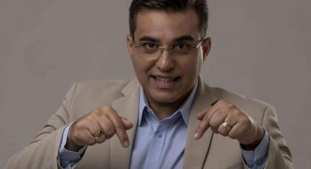 Fábio Araújo é o âncora do Por Aqui, da TV Jornal