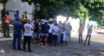 Os representantes da torcida organizada se aglomeraram em uma das áreas do clube.