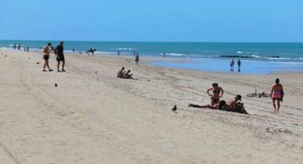 Não houve aglomeração, mas banhistas descumpriram determinação do governo estadual de não aproveitar a praia de Boa Viagem neste sábado