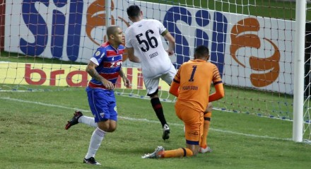 Wellington Paulista comemora o gol do Fortaleza contra o Sport