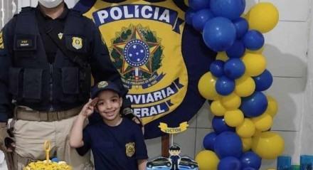Victor Emanoel, 6 anos, ganhou a presença dos agentes da PFR na sua festa de aniversário