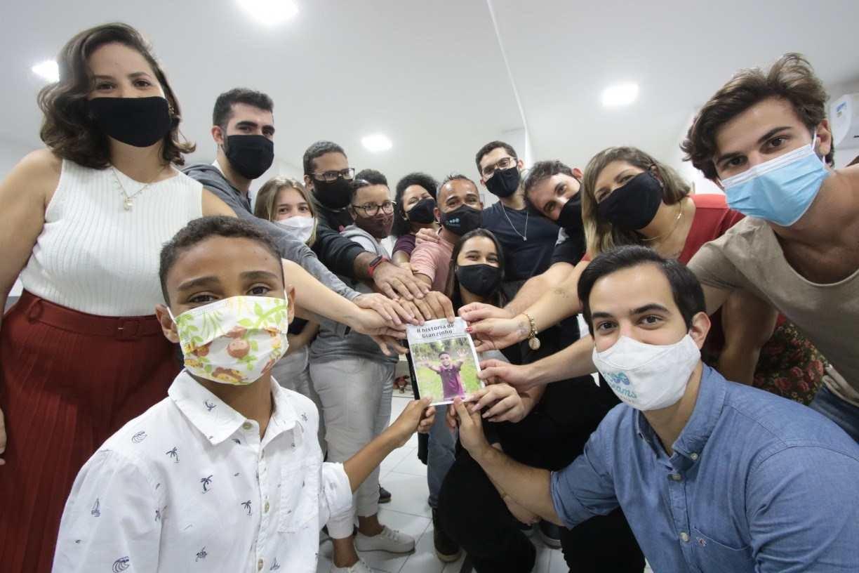 A história de Gianzinho, garoto que aprendeu a ler em prédio que pai trabalha no Recife e até escreveu livro