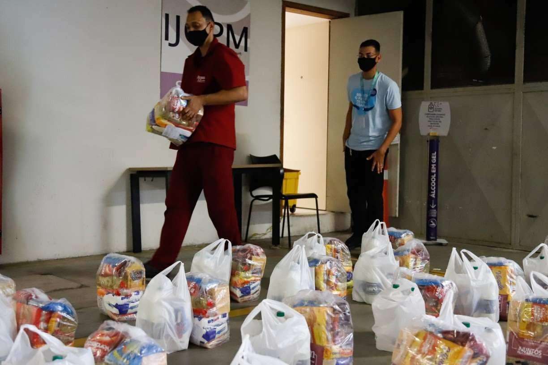 Instituto JCPM distribui cestas básicas para moradores do Pina e Brasília Teimosa, no Recife