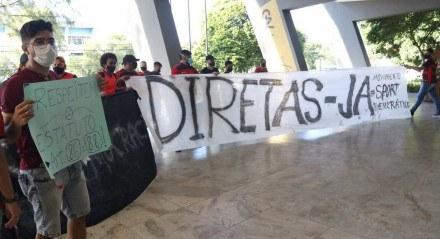 Com a renúncia do Presidente do Sport, Mílton Bivar, torcedores fizeram protesto, na sede da Ilha do Retiro, por uma nova eleição para a presidência do clube.