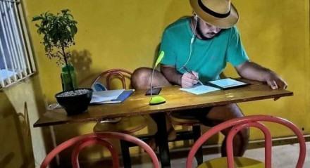Danilo estudando no alpendre da sua casa, na zona rural de Feira Nova, no Agreste de Pernambuco
