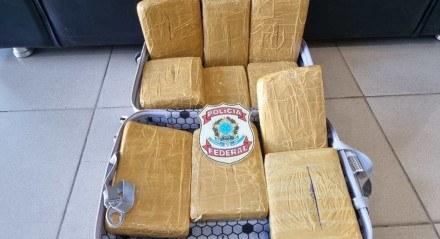 Polícia encontrou droga dentro da mala da passageira
