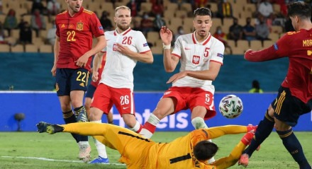 Os espanhóis tiveram a chance de desempatar o jogo numa cobrança de pênalti, mas não conseguiram converter a penalidade em gol.
