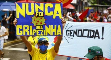 Manifestante no Recife dos protestos que ocorreram neste sábado mostra cartaz que diz:
