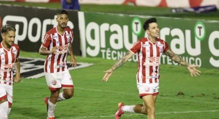 Gean faz o 2 Gol do Náutico de penalti. Lances do jogo de futebol Náutico X Botafogo, válido pelo Brasileirão da Série B, no Estádio dos Aflitos.