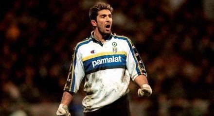 Buffon na época que defendeu o Parma, em 2001