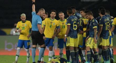 Colombianos reivindicam que o árbitro interferiu diretamente no resultado do jogo.