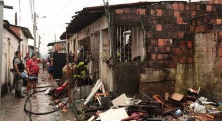 Incêndio atinge casa na Vila Popular em Olinda
