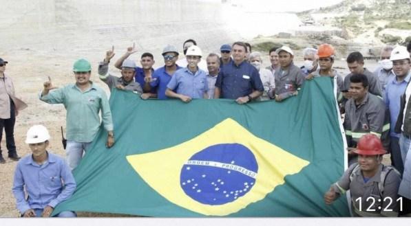 Operários fazem 'L' alusivo a Lula durante foto ao lado de Bolsonaro durante visita a obra de barragem no Rio Grande do Norte