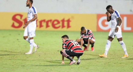 Lances do jogo de futebol Santa Cruz X Paysandu, válido pelo Brasileirão da Série C, no Estádio do Arruda.