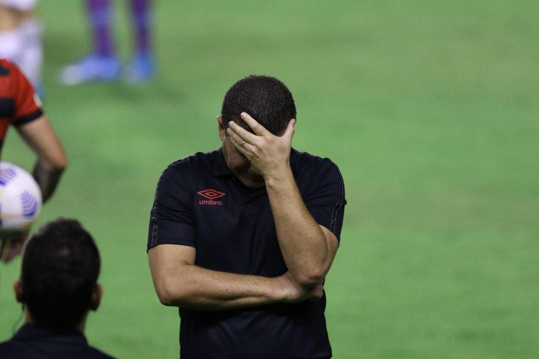 Na área técnica, Umberto Louzer levou a mão à cabeça e ao rosto, preocupado com a situação do time que comanda.