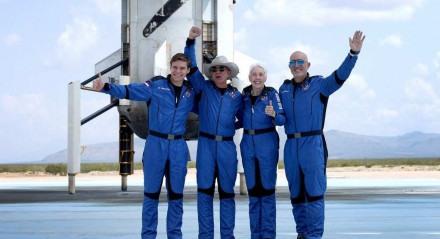 Oliver Daemen, Jeff Bezos, Wally Funk, e Mark Bezos