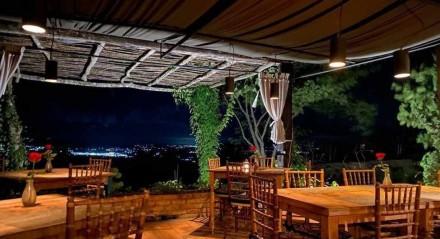Vista da varanda do Laus Cozinha à noite