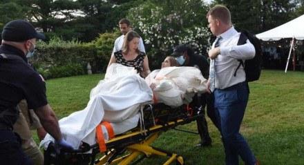 Momento em que Juile sai carregada numa maca por causa do deslocamento do joelho