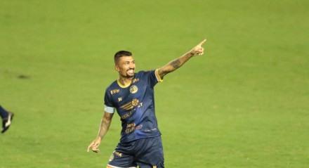 Kieza, do Náutico (PE), fez o primeiro gol, marcado diante do Brusque (RS). Partida valida pelo Campeonato Brasileiro Série B , realizada no estádio dos Aflitos, em Recife (PE),  neste sábado, 24 de julho de 2021. FOTO: ALEXANDRE GONDIM/JC IMAGEM
