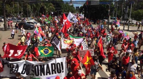 Manifestantes saíram da Praça do Derby com destino à Avenida Guararapes